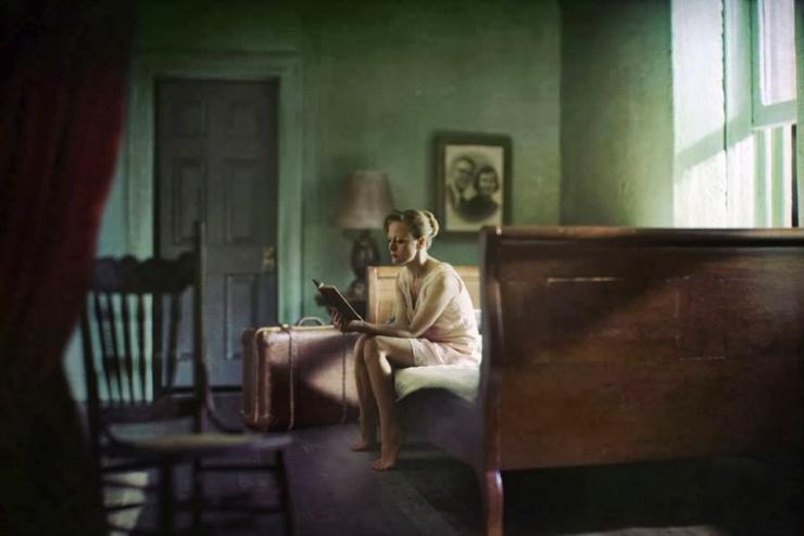 Αποτέλεσμα εικόνας για νεα κοπέλα που διαβάζει