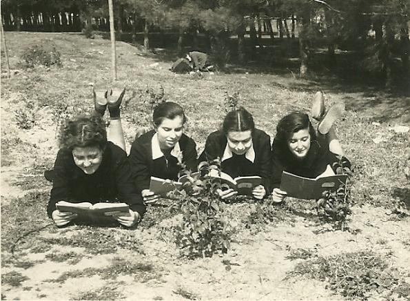 Αποτέλεσμα εικόνας για μαθητριες που διαβάζουν
