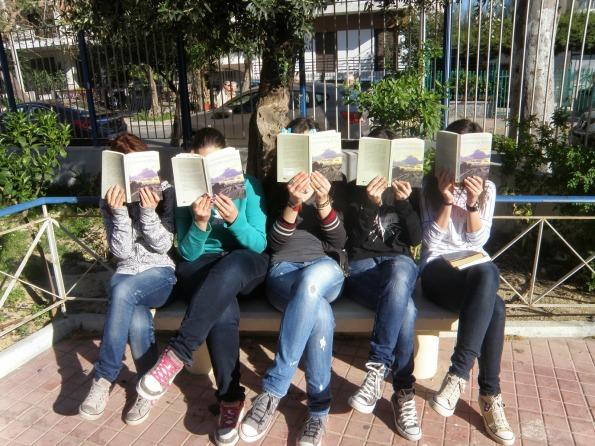 Αποτέλεσμα εικόνας για μαθητρια που διαβάζει βιβλιο